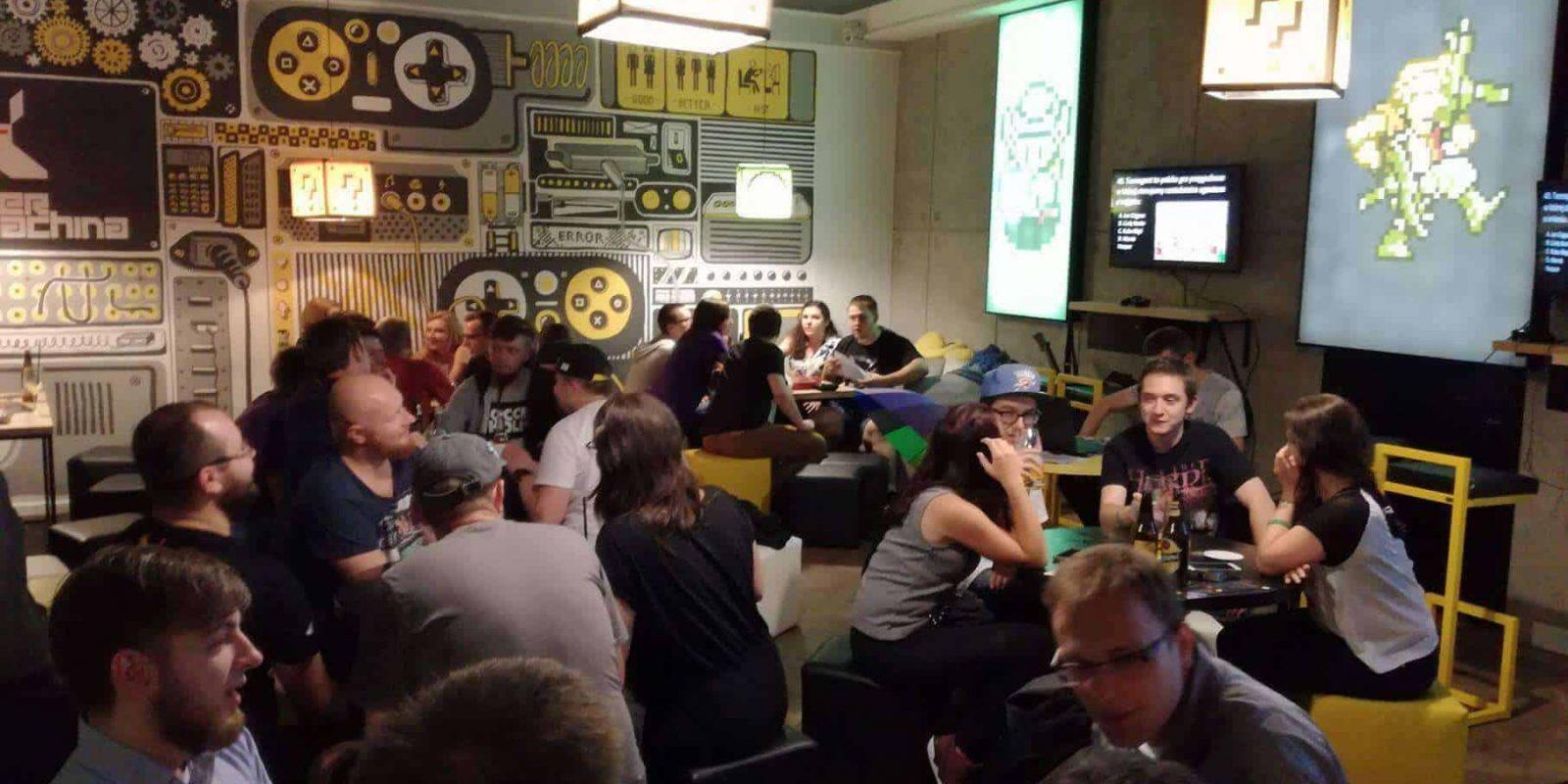 Ludzie w pubie piją piwo i jedzą nachosy